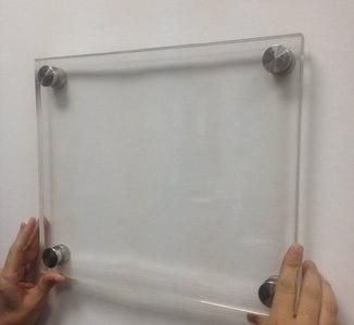 Таблички из оргстекла с дистанционными держателями (Для вставки диплома)